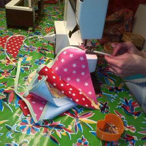 Vlaggetjes onder de naaimachine